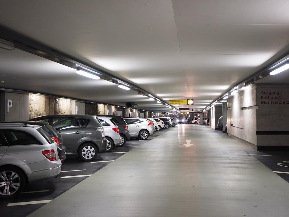 Betonnen vloer in de parkeergarage