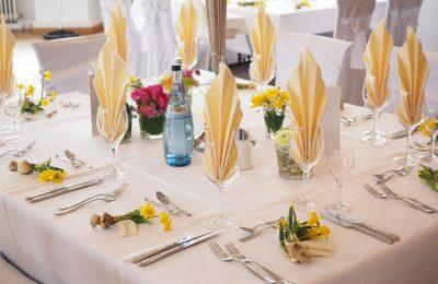 Aan tafel! Een mooi gedekte tafel met een tafellaken als basis